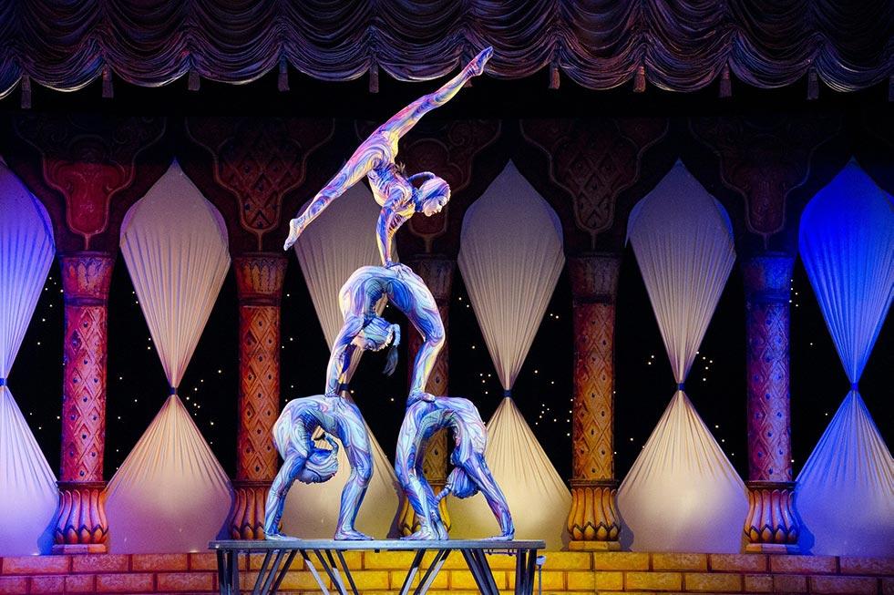 acrobaten machen kunststücke