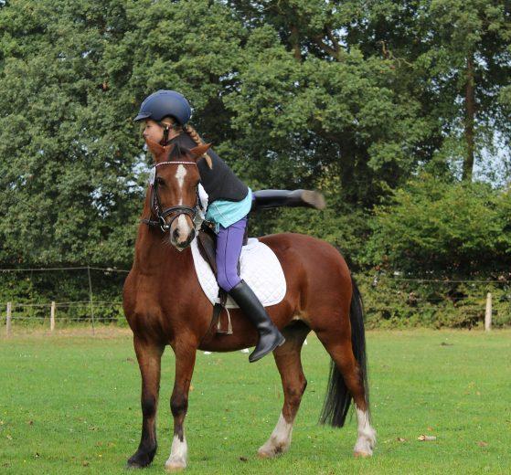 Kind reitet auf Pferd