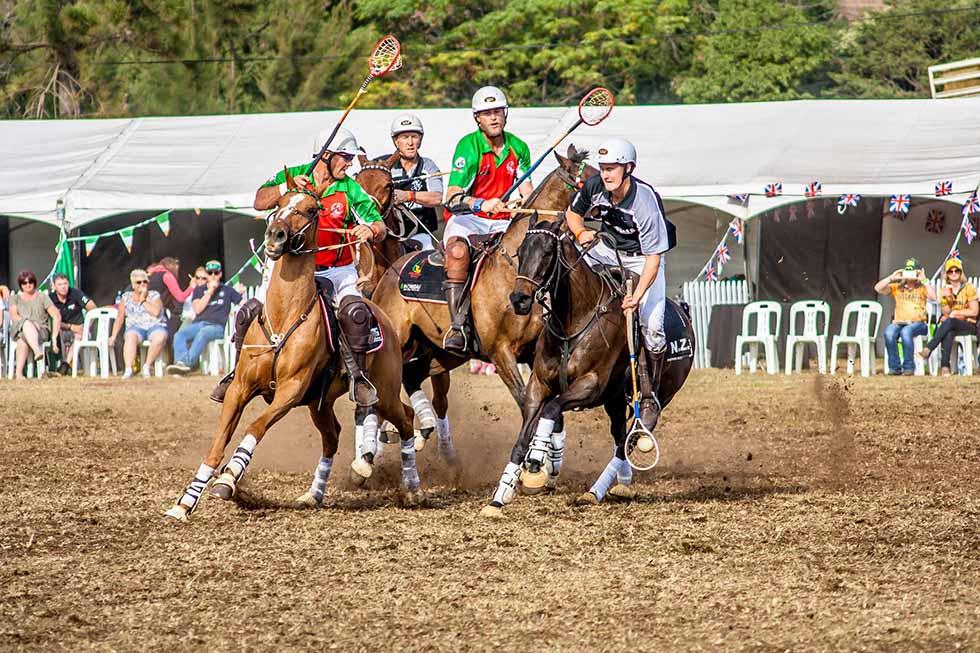 menschen reiten auf pferden und spielen